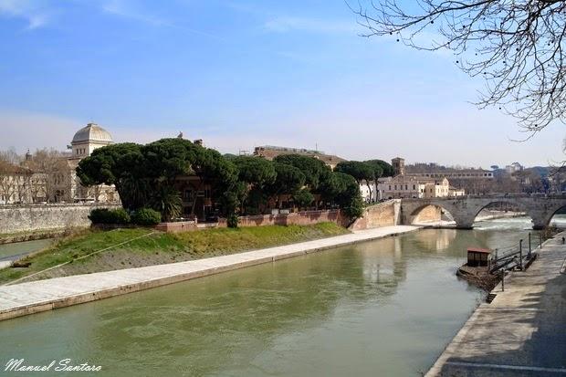 Roma, fiume Tevere. Vista verso la Basilica di San Pietro in Vaticano