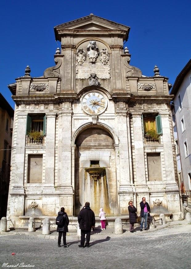 Spoleto, Piazza del Mercato. Fonte di piazza