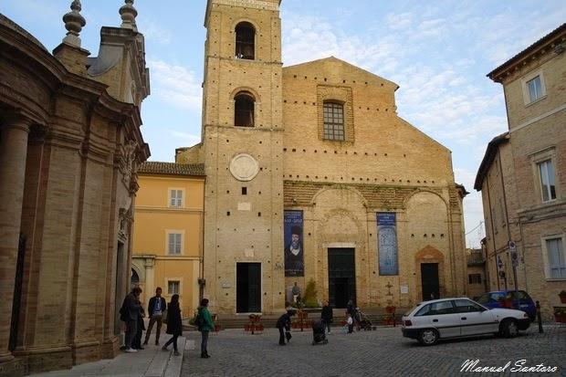 Macerata, Cattedrale e a sin. la Basilica Santa Maria della Misericordia