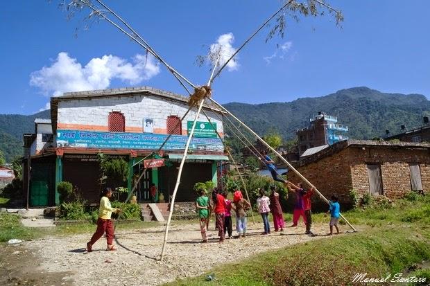 Altalena di bambù all'esterno del tempio di Budhanilkantha