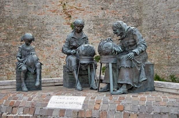 Offida, statue di bronzo raffiguranti donne intente a lavorare merletti a tombolo