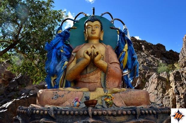 Statua di Sakyamuni su una collina nei pressi dell'Ongiin Khiid
