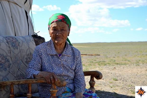 Anziana donna all'esterno di una gher