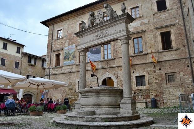 Montepulciano, Piazza Grande. Pozzo dei Grifi e dei Leoni