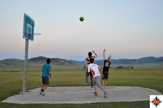 Partita a basket all'Ekh Baigal Ger Camp