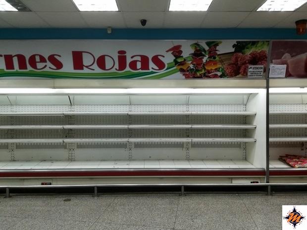 Scaffali vuoti in un supermercato venezuelano